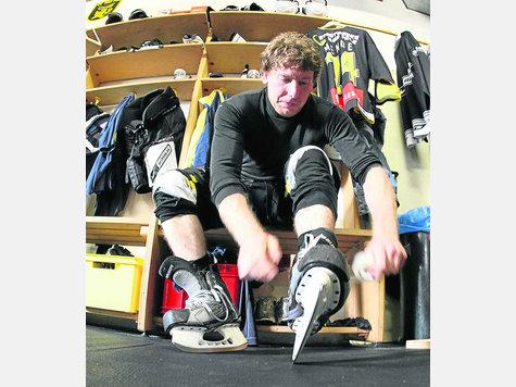 Jetzt werden die Stiefel geschnürt: Daniel Menge war unter der Woche angeschlagen, ist aber zu Saisonstart in Dortmund dabei.  Foto: Uva-Press