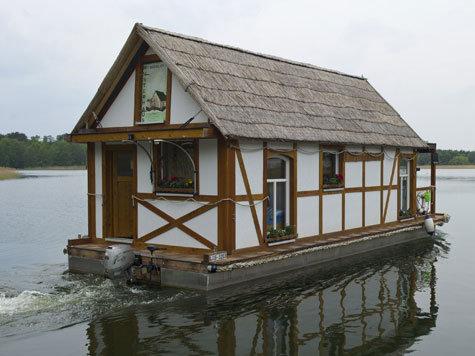 schwimmendes fachwerkhaus kann dach einklappen welt. Black Bedroom Furniture Sets. Home Design Ideas