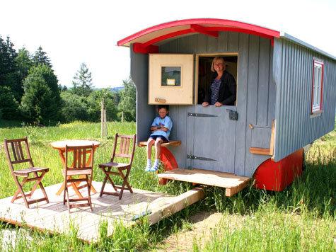 originelle bernachtungen im hofgut hopfenburg bei m nsingen deutschland. Black Bedroom Furniture Sets. Home Design Ideas