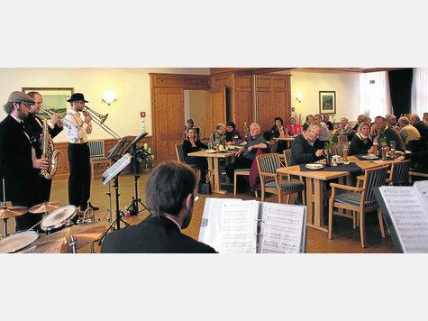 Die schönsten Männer vom Swing Orchestra Taufkirchen waren beim Erdinger Weißbräu zu Gast zum Jazz-Frühschoppen. Sie spielten vor gut gefülltem Saal. foto: kuhn