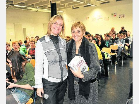 Auf Einladung von Oberstudienrätin Bärbel Booge (l.) berichtet Erika Rosenberg am Gymnasium Ottobrunn über Oskar und Emilie Schindler. foto: nierdergesäss