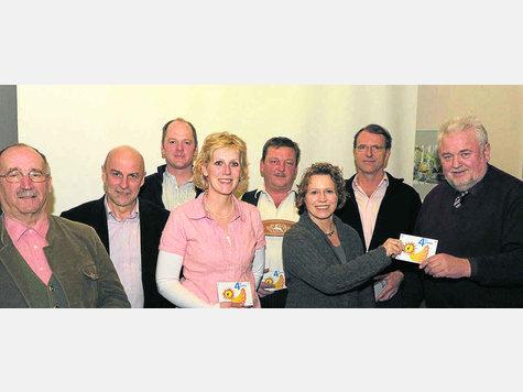 """""""4 für Glonn"""" – alle für Glonn (v.l.): Hans Obermair, Hans Gröbmayr, Stefan und Claudia Wäsler, Martin Sigl, Renate Glaser, Rudi Schwaiger und Bürgermeister Martin Esterl. Foto: jro"""
