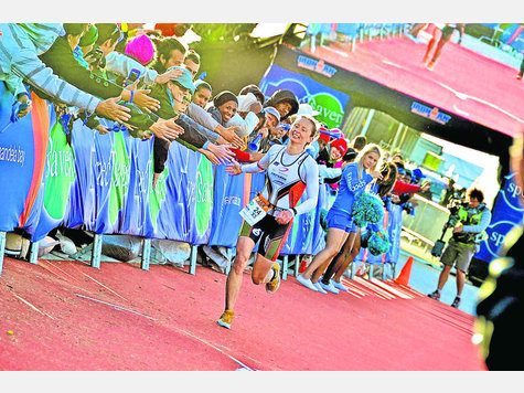 Abklatschen auf der Zielgeraden: Diana Riesler beendet den Ironman in Südafrika als Dritte. Foto: privat