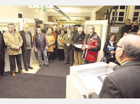 Das Ergebnis mehr als einjähriger Recherchen: Im Foyer des Rathauses wurde am Montagabend die Ausstellung über die Geschichte der Tattenkofener Brücke eröffnet. Foto: Hermsdorf