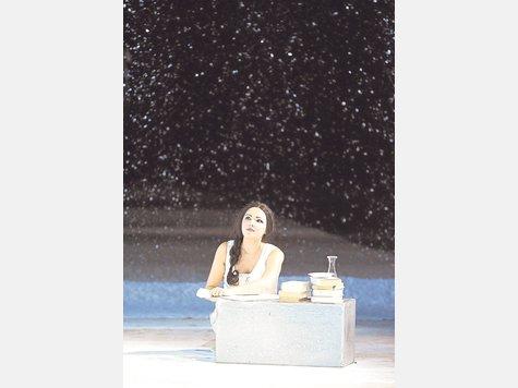 Verliebt in den Helden ihrer Träume: Anna Netrebko bei ihrem Rollendebüt als Tatjana. foto: Wiener Staatsoper/ Michael Pöhn
