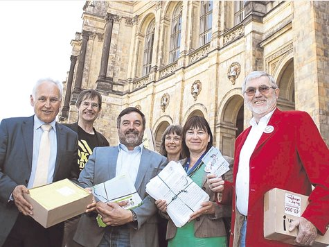 Surrender before the Maximilianeum: Hartmut Binner, Stiegl Helga Meier, Christine Margraf, Christian Magerl and Manfred Drobny present the mass petition to Erwin Huber (right).  Photo: Moritz