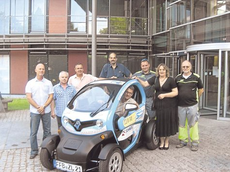 Kleiner Flitzer: Firmenvertreter und Landrat Thomas Karmasin präsentierten das neue Dienst-Elektroauto. foto: tb