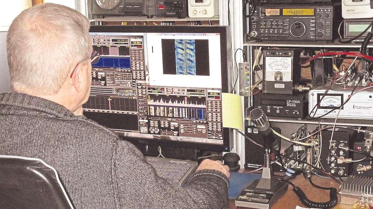 Immer in Verbindung bleiben: Werner Hlawatschek an seiner privaten Funkanlage in Goldshausen. Foto: Privat